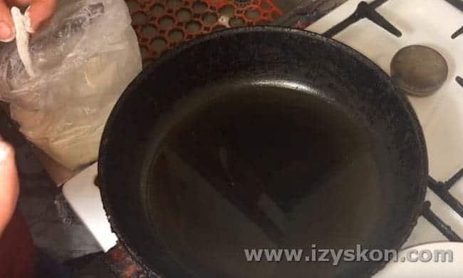 Немного стряхиваем муку с рыбы и выкладываем ее на сковороду.