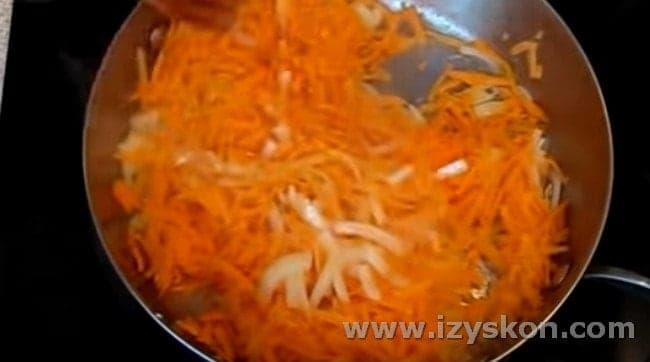 Минтай будем готовить под маринадом из моркови и лука.