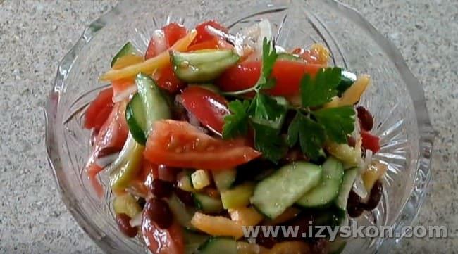Вот такой простой и вкусный салат со свежими овощами у нас получился.