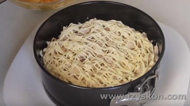 на картофельный слой выкладываем курицу, смазываем майонезом.