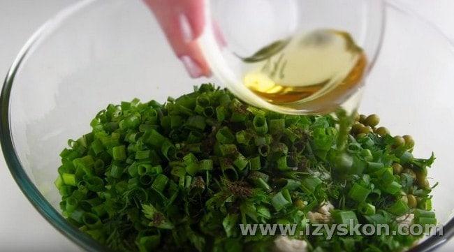 Приправляем блюдо солью, перцем, заправляем растительным маслом.