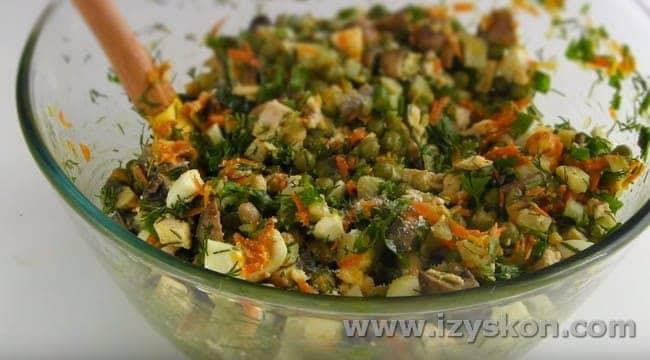 Вот такой сытный салат можно приготовить с грибами шампиньонами.