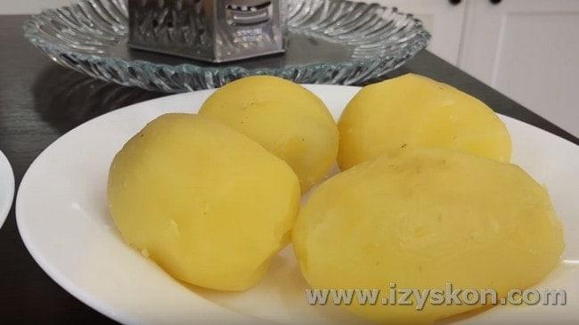 Отвариваем до готовности картофель и чистим его.