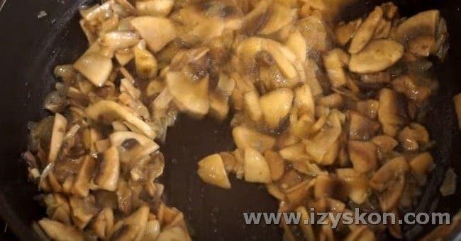 Добавляем на сковородку грибы.