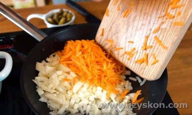 Добавляем в зажарку морковь.