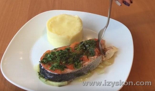Стейк лосося, приготовленный в духовке в фольге, замечательно дополнить гарнир из картофельного пюре.