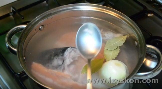 Добавляем в кастрюлю луковицу, перец, соль, лавровый лист.