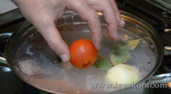 Опускаем в бульон также помидор.