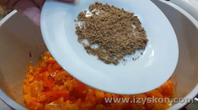 Добавляем кубик грибного бульона