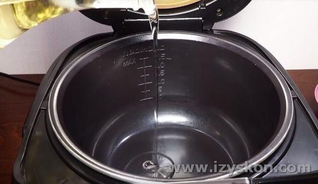 Наливаем растительное масло в чашу мультиварки.