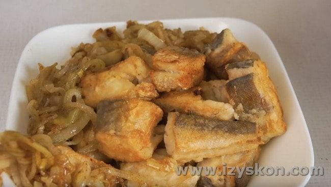 Жареный хек, приготовленный по такому рецепту, будет самым вкусным, если подать его горячим.