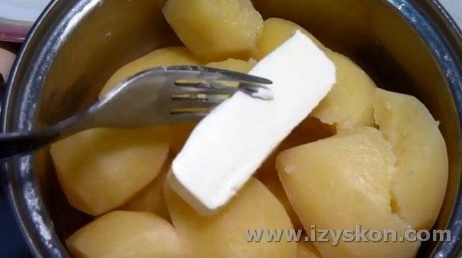 В отварной картофель добавляем масло.