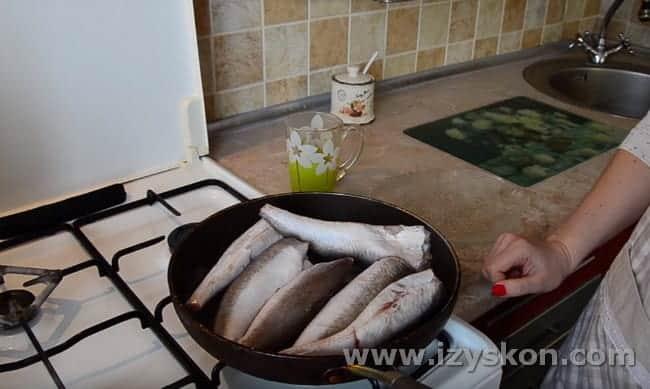 Пропариваем рыбу на сковороде под крышкой, чтобы легче отделялись кости.