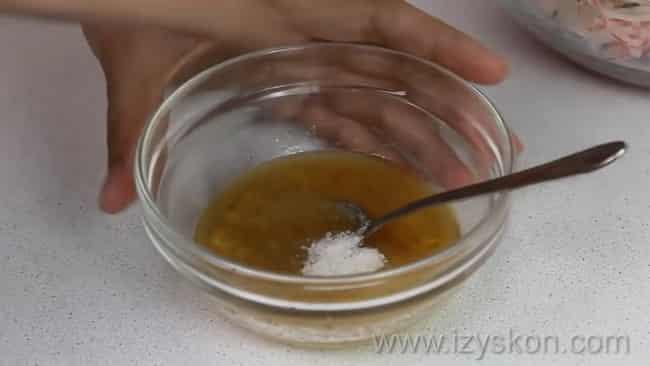 Добавьте соль  в заправку