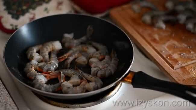 Обжарьте креветки