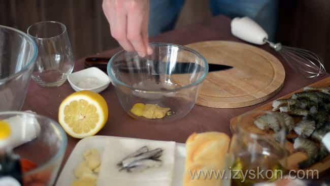 Подготовьте ингредиенты для приготовления заправки