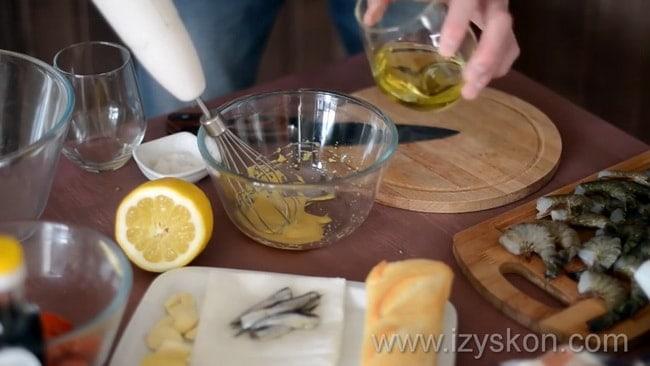 Добавьте масло в другие ингредиенты и взбейте