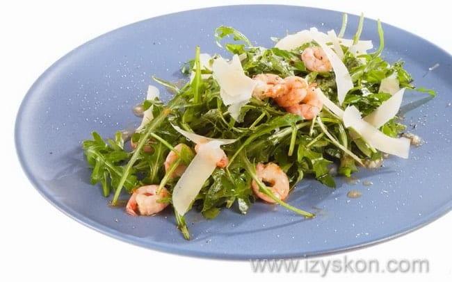 Легкий и очень вкусный салат с рукколой и креветками