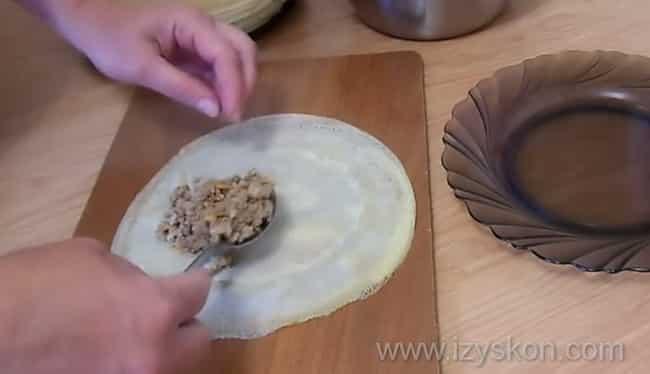 Выложите начинку на блины