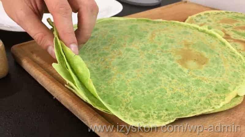 Сложите блины на тарелку