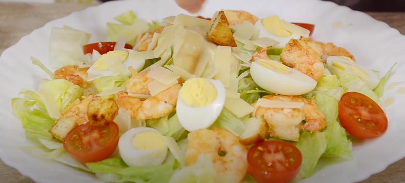 Цезарь с креветками — рецепт классический