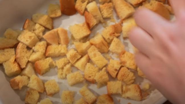 Достаем из духовки хрустящие сухарики