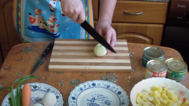 Нарезаем лук мелкими кусочками