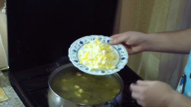 Добавляем к супу яйцо