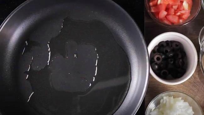 Наливаем в сковороду немного масла