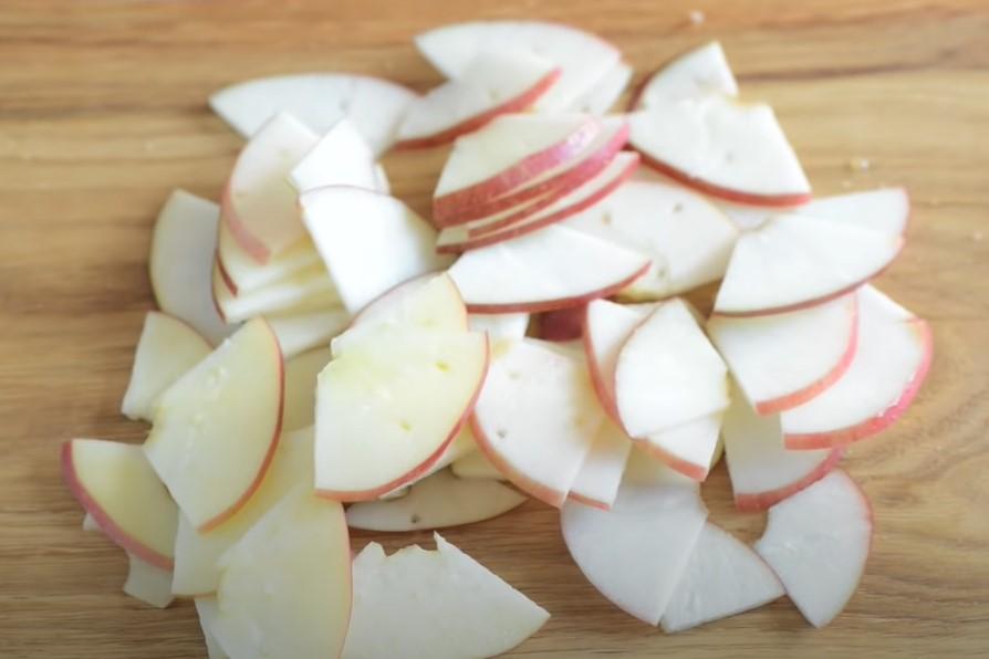 Цветаевский яблочный пирог. Нарезка яблок.