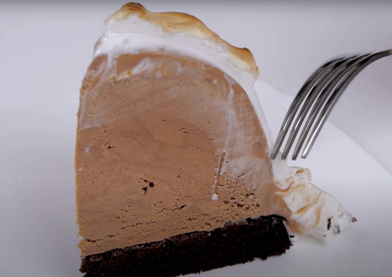 """Десерт """"Аляска"""". Кусочек десерта."""