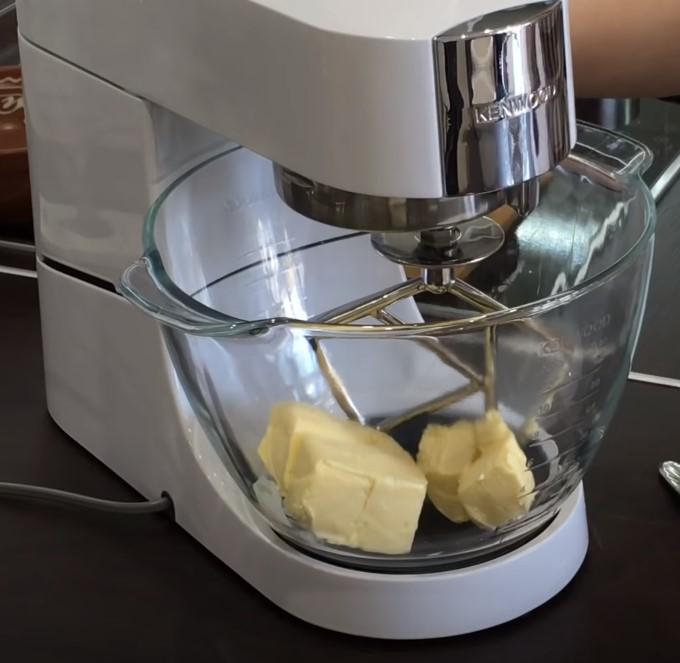 Песочное тесто. Масло в миксере.