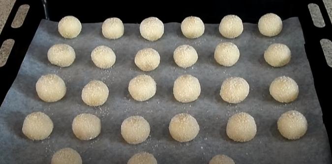 противень с печеньем из песочного теста